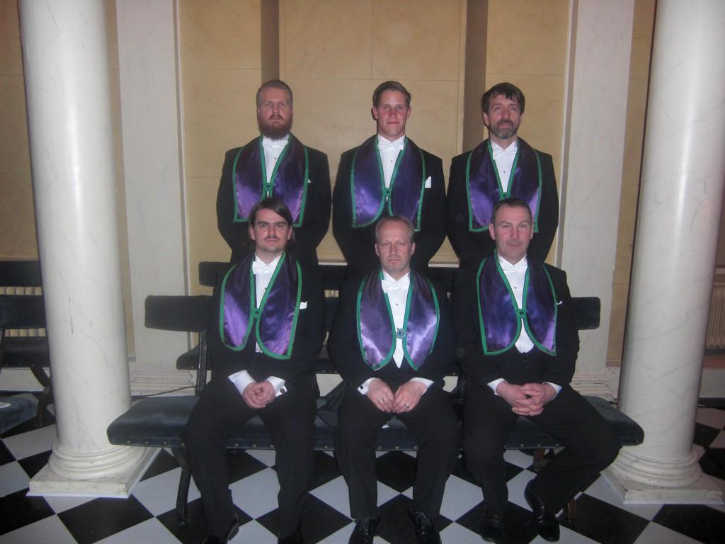 Logen Merlins sex nya bröder stående fr.v. Simon Johansson, Henrik Liljegren och Lennart Jalling. Sittande fr. v. Joakim Persson, Claes Persson och Anders Malmörn.